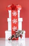 Pilha de caixas de presente vermelhas e brancas festivas do Natal do tema Fotografia de Stock