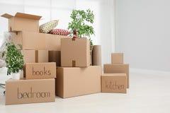 Pilha de caixas moventes fotografia de stock