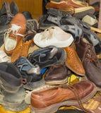 Pilha de calçados vestidos diferentes velhos Imagem de Stock Royalty Free