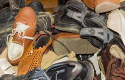 Pilha de calçados vestidos diferentes velhos Foto de Stock Royalty Free