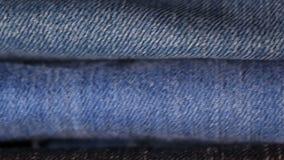 Pilha de calças de brim filme