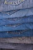 Pilha de calças de brim dobradas foto de stock royalty free