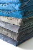 Pilha de calças de brim dobradas imagem de stock