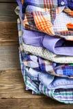 Pilha de camisas coloridas brilhantes Foto de Stock Royalty Free