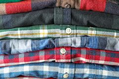 Pilha de camisas coloridas como o fundo fotos de stock royalty free