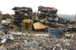 Pilha de carros esmagados na jarda da sucata Imagem de Stock