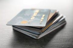 Pilha de cartões de crédito na tabela fotografia de stock