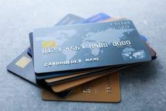 Pilha de cartões de crédito na tabela imagem de stock