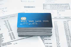 Pilha de cartões de crédito em indicações Fotos de Stock Royalty Free