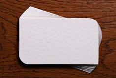 Pilha de cartões vazios no fundo de madeira Imagens de Stock Royalty Free