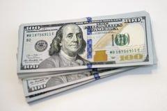 A pilha de cem cédulas do dólar fecha-se acima da vista fotos de stock royalty free