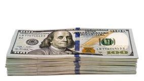 Pilha de cem cédulas do dólar isoladas com foco na parte inferior 100s Foto de Stock