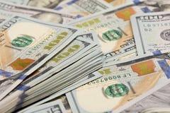 Pilha de cem close-up das notas de dólar - Imagem imagem de stock