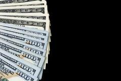 Pilha de cem contas de dólar Pilha de dinheiro do dinheiro em cem cédulas do dólar Montão de cem notas de dólar isoladas no preto Fotos de Stock Royalty Free