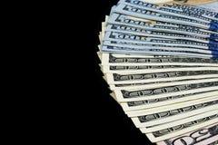 Pilha de cem contas de dólar Pilha de dinheiro do dinheiro em cem cédulas do dólar Montão de cem notas de dólar isoladas no preto Imagens de Stock Royalty Free