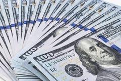 Pilha de cem contas de dólar Pilha de dinheiro do dinheiro em cem cédulas do dólar Montão de cem notas de dólar no branco Foto de Stock Royalty Free