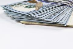 Pilha de cem contas de dólar Pilha de dinheiro do dinheiro em cem cédulas do dólar Montão de cem notas de dólar no branco Imagens de Stock Royalty Free