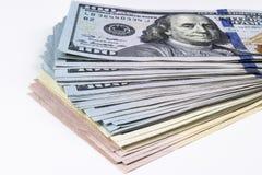 Pilha de cem contas de dólar Pilha de dinheiro do dinheiro em cem cédulas do dólar Montão de cem notas de dólar no branco Imagem de Stock Royalty Free