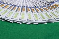 Pilha de cem contas de dólar Pilha de dinheiro do dinheiro em cem cédulas do dólar Montão de cem notas de dólar no pôquer verde Fotos de Stock Royalty Free
