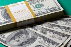 Pilha de cem dólares Foto de Stock