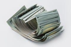 Pilha de cem d?lares isolados no branco fotos de stock royalty free
