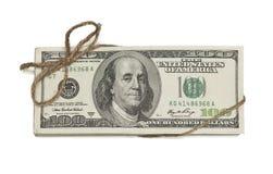 Pilha de cem notas de dólar amarradas em uma corda de serapilheira em Whi Imagem de Stock Royalty Free