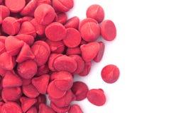 Pilha de Cherry Baking Chips vermelho gourmet fotos de stock royalty free