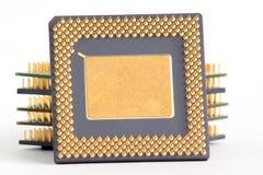 Pilha de chip de computador em um fundo branco Fotos de Stock Royalty Free