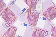 Pilha de cinco cem euro- contas colocadas na tabela para vagabundos financeiros Imagens de Stock