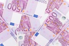 Pilha de cinco cem euro- contas colocadas na tabela para vagabundos financeiros Fotos de Stock