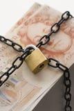 Pilha de cinqüênta notas da libra fixadas pelo cadeado e pela corrente Fotos de Stock