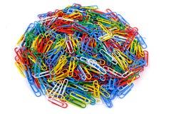 Pilha de clipes de papel coloridos no fundo branco isolado Feche acima da vista imagem de stock