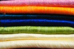 Pilha de cobertores brilhantemente coloridos da alpaca Fotos de Stock