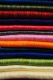 Pilha de cobertores brilhantemente coloridos da alpaca Fotografia de Stock