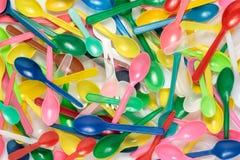 Pilha de colheres plásticas coloridas Imagem de Stock