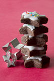 Pilha de cookies da estrela com cortadores das cookies Fotos de Stock Royalty Free