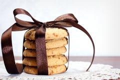 Pilha de cookies da microplaqueta da maçã gravadas com fita de seda Imagens de Stock
