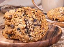 Pilha de cookies da porca da passa da farinha de aveia fotos de stock royalty free