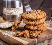 Pilha de cookies da porca da passa da farinha de aveia imagens de stock