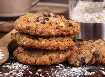 Pilha de cookies da porca da passa da farinha de aveia fotografia de stock royalty free
