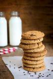Pilha de cookies de farinha de aveia caseiros com chocolate e canela Imagens de Stock Royalty Free