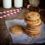Pilha de cookies de farinha de aveia caseiros com chocolate e canela Foto de Stock