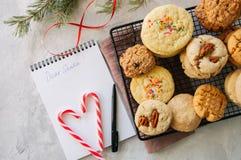 Pilha de cookies diferentes em uma cremalheira de fio Bastões e branco de doces foto de stock royalty free