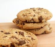 Pilha de cookies dos pedaços de chocolate no fundo de madeira Fotos de Stock Royalty Free
