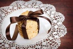 Pilha de cookies gravadas da microplaqueta da maçã no tabela-guardanapo branco Fotos de Stock Royalty Free