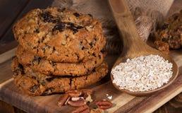 Pilha de cookies de passa da farinha de aveia em uma placa de madeira Imagem de Stock