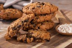 Pilha de cookies de passa da farinha de aveia em uma placa de madeira Fotografia de Stock Royalty Free