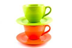 Pilha de copo de café alaranjado e verde fotografia de stock royalty free