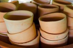 Pilha de copos cozidos da argila na oficina Imagens de Stock
