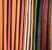 Pilha de correias de couro coloridas foto de stock